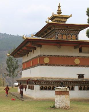 Światynia Chimi Lhakhang, gdzie znajduje się świątynia należąca do szalonego mnicha Drukpa Kuenley. Przyjeżdżają tu pary, modlące się o dzieci.