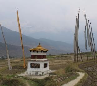Wioska Chimi Lhakhang, gdzie znajduje się świątynia należąca do szalonego mnicha Drukpa Kuenley. Przyjeżdżają tu pary, modlące się o dzieci.