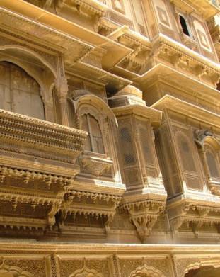 romantyczny i zupełnie niezmieniony od stuleci Jaisalmeru, miejsce  z Baśni Tysiąca i Jednej Nocy. Miasto leżało niegdyś na szlakach handlowych łączących Zachód z Indiami, co było przyczyną jego architektonicznego i kulturowego rozkwitu.