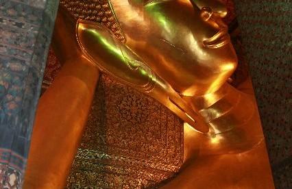Bangkok, kolorowa Wat Po – świątynia leżącego Buddy (Budda ma 43 metry długości i 15 wysokości).