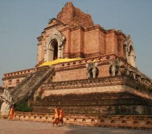 Wat Chedi Luang (niegdyś stała tu olbrzymia 84-metrowa stupa, pozostałości nadal robią wielkie wrażenie),