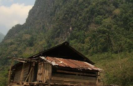 Vang Vieng, położone wśród olbrzymich ostańców skalnych, nad brzegiem rzeki Xong. Obecnie miasteczko słynie również z licznych knajpek, zabaw i dobrego jedzenia.