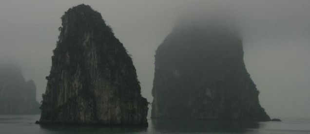 Rejs statkiem po zatoce wpisanej na listę UNESCO. Podczas rejsu po najpiękniejszej zatoce Wietnamu będziemy zwiedzać jaskinie i wioski na wodzie rozsiane miedzy tysiącami wysepek krasowych.