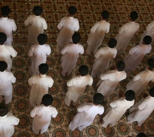Nabożeństwio gromadzi wielu ubranych w kolorowe stroje wyznawców.