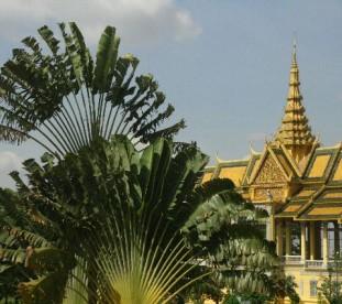 kompleks Pałac Królewski i Srebrna Pagoda (podłoga świątyni wyłożona jest pięcioma tysiącami srebrnych płytek – 1 kg każda, wewnątrz znajduje się posąg Buddy inkrustowany 9600 diamentami)