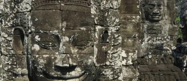 przypominający górę Bayon ze 192 twarzami Buddy