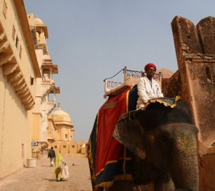 Fortu Amber, różowy fort-pałac maharadży, dawnej stolicy Radżastanu, położonyj 14 km od Jaipuru