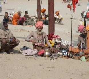 Sadhu nad brzegiem Gangesu