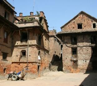 Bhaktapur  - Miasto to żywy skansen, gdzie w otoczeniu bogato zdobionych świątyń, budynków i placów toczy się powoli życie codzienne mieszkańców.