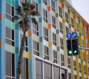Fasada Dan Hotel zaprojektowana przez Yaacova Agama.