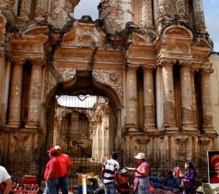Antigua Guatemala – mercado del Carmen, czyli bazar rękodzieła