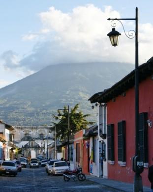 Antigua Guatemala – ulica z widokiem na wulkan