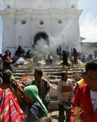 Chichicastenango – na schodach kościoła katolickiego płonie ofiarny ogień