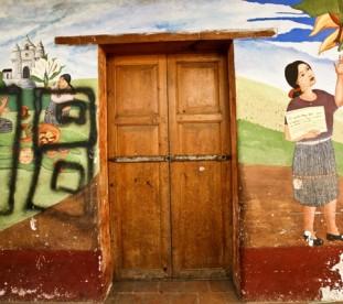 "Chichicastenango – mural ze znakiem gangu ""calle 18"""