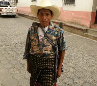 Jezioro Atitlan – mężczyzna w stroju regionalnym