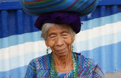 Jezioro Atitlan – kobieta w tradycyjnym stroju