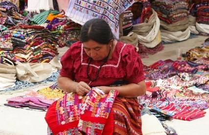 Panajachel – second-hand tradycyjnej odzieży