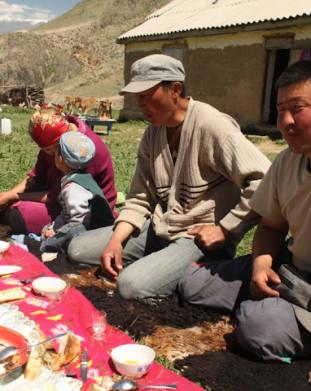 tradycyjny poczęstunek składający się z kumysu, chleba, ryżu z mięsem, zakrapiany wódką