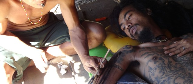 Wyspa Siberut - szaman Mentawajow robi swiety tatuaz - wyprawa z om tramping klub