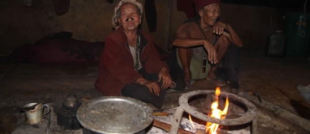 Ziro. Arunachal Pradesh W chacie u szamana na szczurku