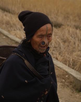 Teraz już tylko starsze kobiety mają charakterystyczne drewniane kołki w nosach i tatuaże na twarzy. Była to podobno sposób ochrony przed porwaniami kobiet przez mężczyzn z otaczającego plemienia Nishi.