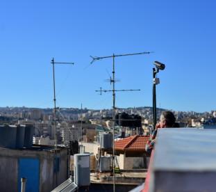 W pełnym turystów Betlejem spokój można znaleźć na tym dachu.