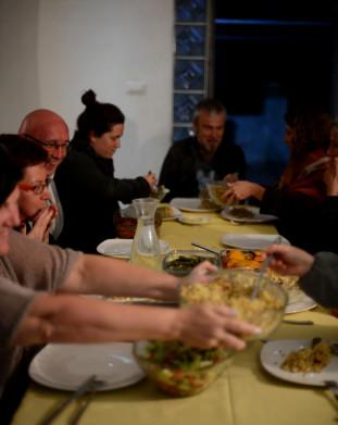 Kolacja u rodziny założyciela domu gościnnego w Jisr az-Zarqa.
