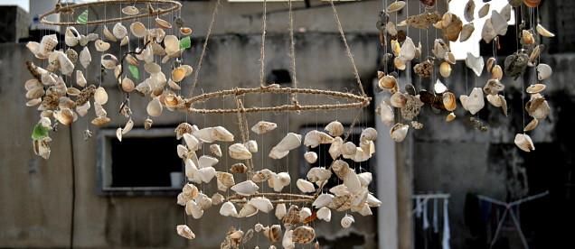 Żyrandole wykonane przez pilotkę znajdujące się w hostelu w Jisr az-Zarqa.