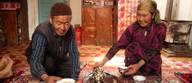 Om Tramping Klub i wyprawa w góry Pamir . Na zdjęciu nasi przyjaciele goszczący nas na trasie