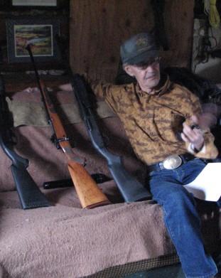 Moj znajomy z Alaski w towarzystwie kilku sztuk swojej broni - om tramping klub