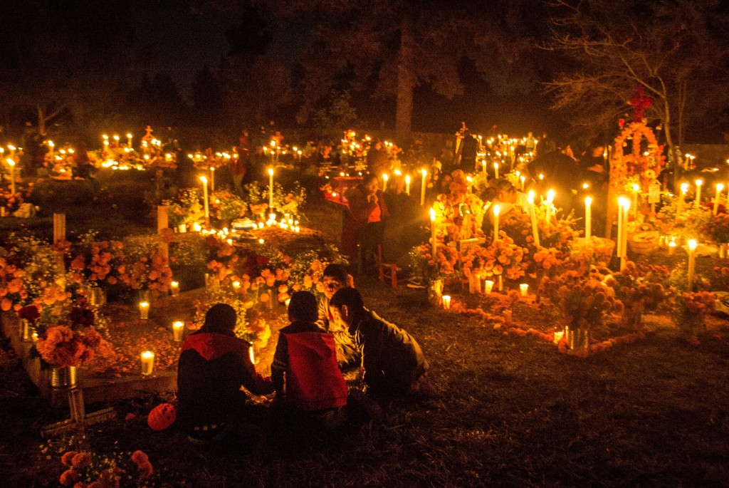 Dzien Zmarlych w Meksyku, spotkania na cmentarzach. Fot. Ola Synowiec