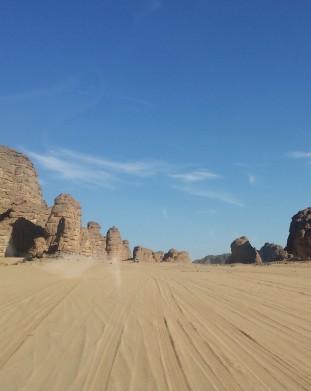 Pustynia Sahara to nie tylko piasek, ale takze niezwykle formacje skalne - om tramping klub