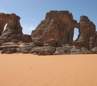Pomaranczowy piasek Sahary i formacje skalne - Algieria z Om Tramping Klub