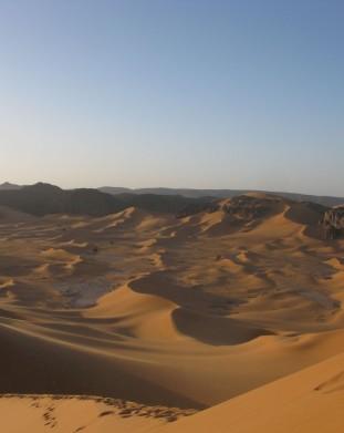 Fenomenalna panorama na Sahare - pustynie w Algierii w Afryce - om tramping klub