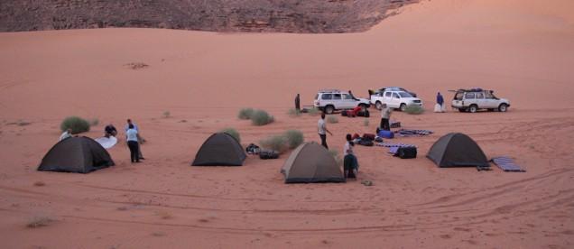 Przygotowania do rozbicia namiotow na Saharze - wyprawa z om tramping klub
