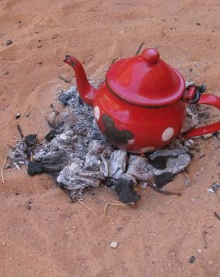 Czajniczek na ogniu, przygotowania do slynnej tuareskiej herbaty - om tramping klub