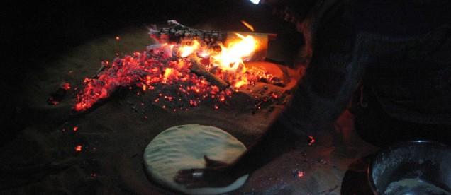 Kolacja na Saharze przy ogniu - om tramping klub