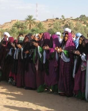 Oaza Djanet na Saharze - kobiety tuareskie podczas spotkania - om tramipng klub