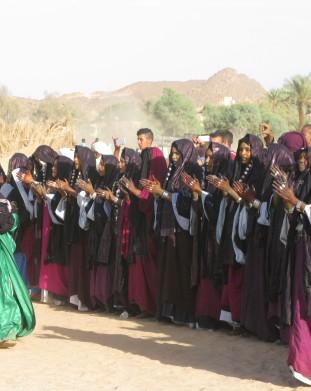 Oaza Djanet na Saharze w Algierii - lokalne kobiety w tradycyjnych strojach spiewaja i tancza - om tramping klub