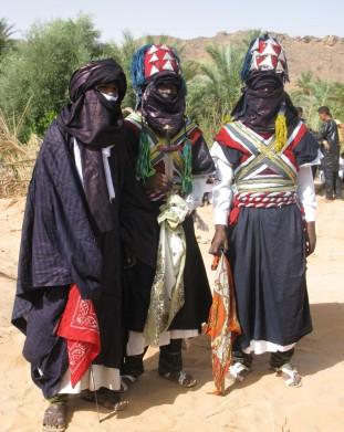 Tuaregowie w swoich tradycyjnych strojach podczas spotkania lokalnych mieszkancow - om tramping klub