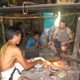 Tradycyjna chata Mentawajow z wyspy Siberut w Indonezji - posilek na palenisku - om tramping klub