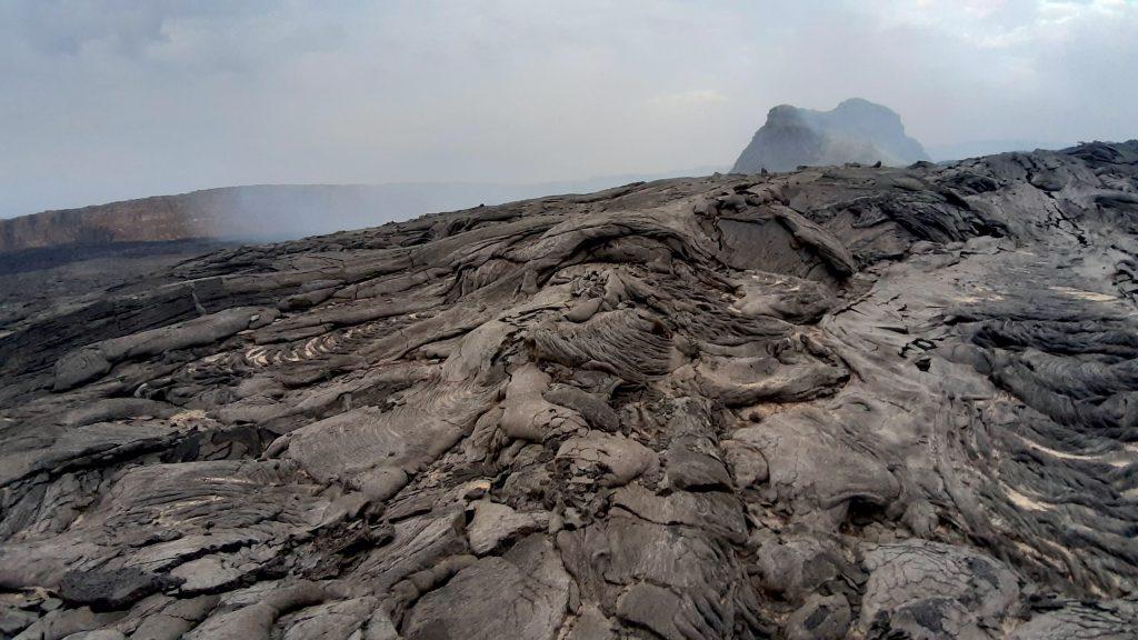 Najbardziej aktywny wulkan w Etiopii to Erta Ale. Krater pelniony jest zastygla magma