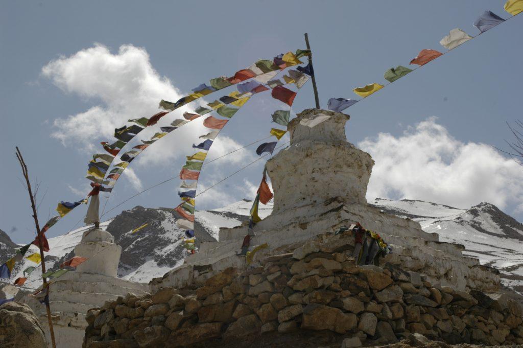 Stare stupy buddyjskie w gorach Spiti w Himalajach indyjskich