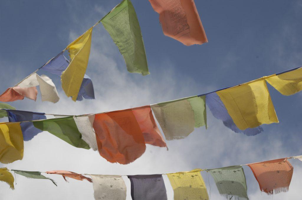 Kolorowe flagi modlitewne w Himalajach wywodza sie z tradycji Bon, rdzennej religii Tybetu