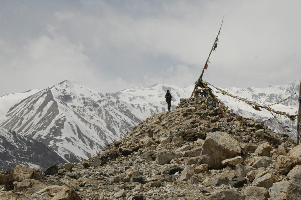 Stara stupa buddyjska z flagami modlitewnymi w Himalajach po stronie Indii