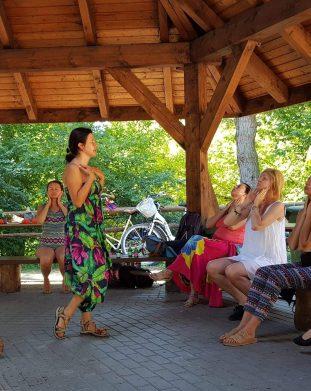 Ewa Kucinska podczas sesji jogi twarzy