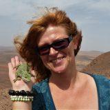 Karolina Rostek z kameleonem na dłoni - pilotka z Om Trampin Klub