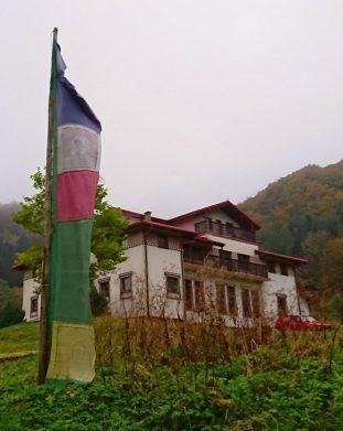 Kompa buddyjska z kolorowymi flagami buddyjskimi w Darnkowie