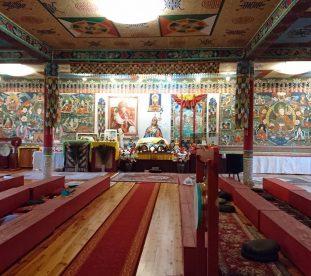 Sala modlitewna z malowidłami buddyjskimi na ścianach w gompie w Darnkowie