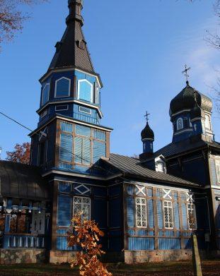 Zabytkowa cerkiew z drewna we wsi Puchły na Podlasiu